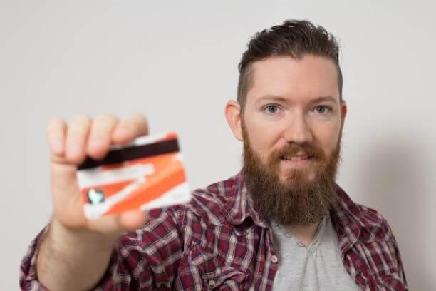 クレジットカードを手にする男性