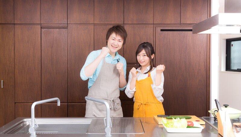 料理を頑張る新婚夫婦