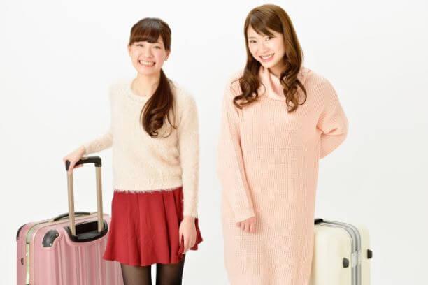 スーツケースを持つ女性二人組