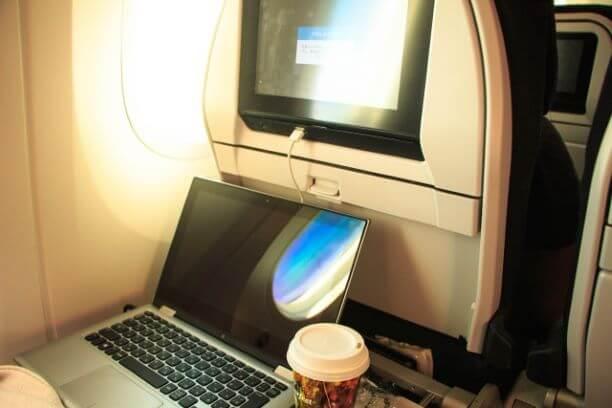 飛行機内のパソコン