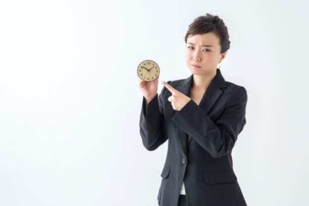 時計を手にして怒る女性