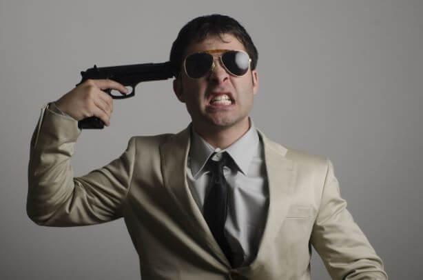 自らの頭に銃を突きつける男性
