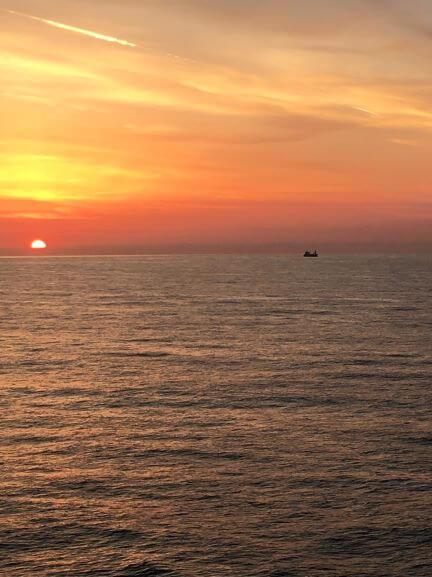太平洋フェリーから見る朝日