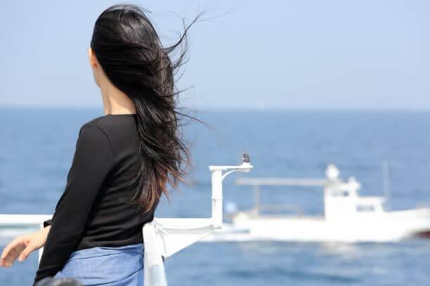 船上から外を見つめる女性