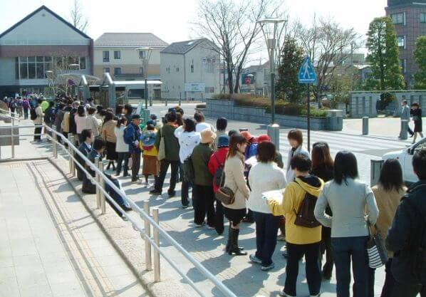行列に並ぶ人々