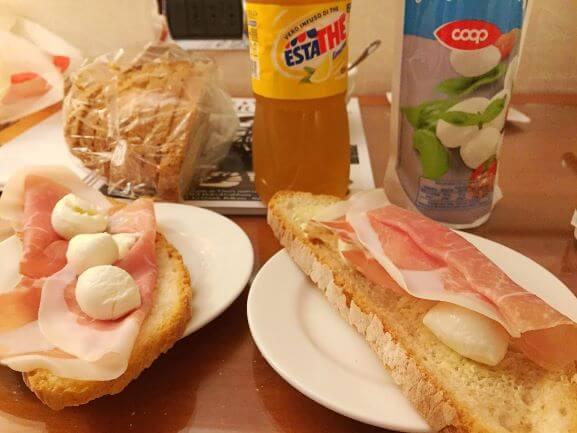 イタリア現地スーパーの食材で作ったサンドウィッチ