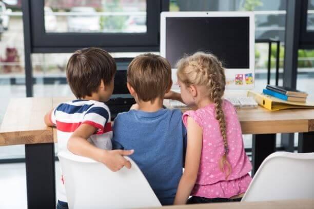 プログラミングを楽しく学ぶ子供たち