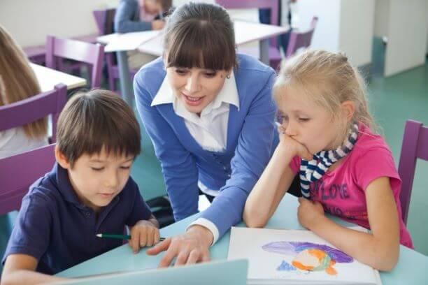 子供たちに教える講師