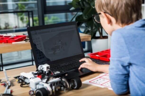 ロボットプログラミングをする子供