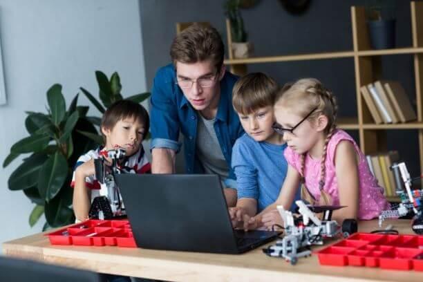パソコンを囲む子供たち