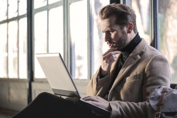 パソコン片手に仕事するデキる上司