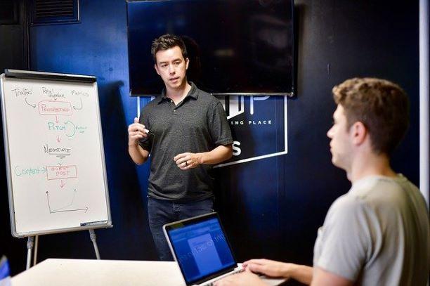 プログラミングを教える講師