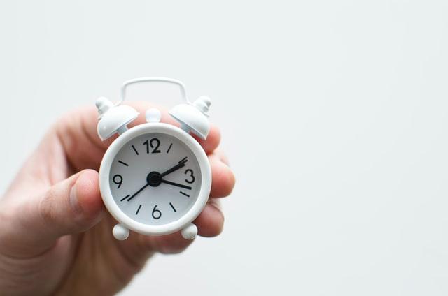 時計を手にする人
