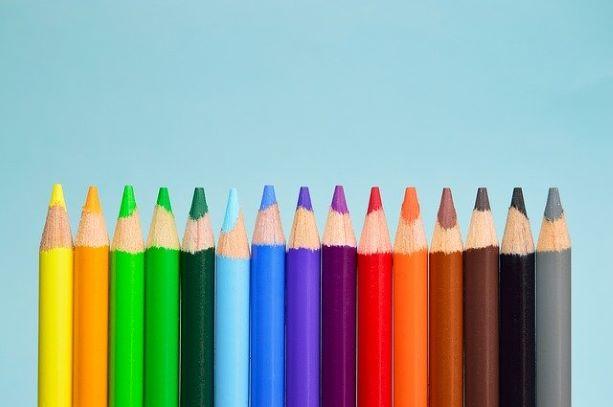 ずらっと並ぶ色鉛筆