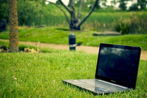 草原に置いてあるパソコン