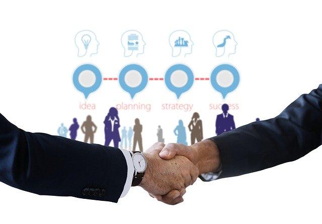 ガッチリと握手するビジネスマン
