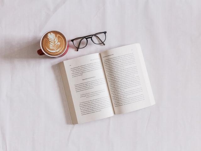 本とメガネとコーヒー