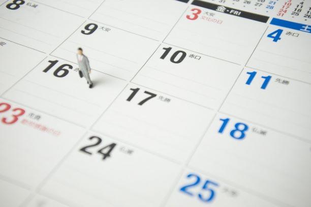 カレンダーに立つ人